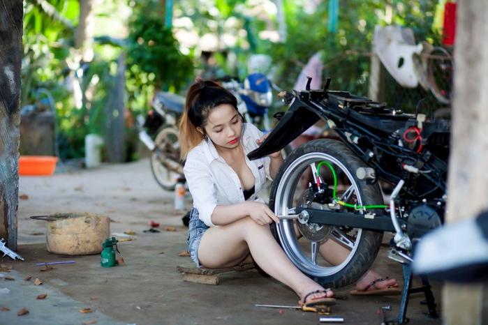 Nếu có thợ sửa xe máy như vậy, chắc chắn nhiều đấng mày râu sẽ muốn xe gặp trục trặc để được đi sửa - Ảnh: Nguyen Canon
