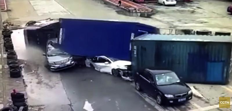 2 ôtô bị nghiền nát khi xe container mất phanh lật giữa đường - Hình 1