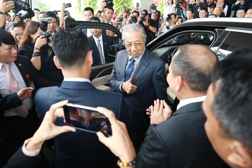 Thủ tướng Nguyễn Xuân Phúc, Thủ tướng Malaysia Mahathir Mohamad đã có những trải nghiệm tuyệt vời trên hai dòng xe sang của VinFast.
