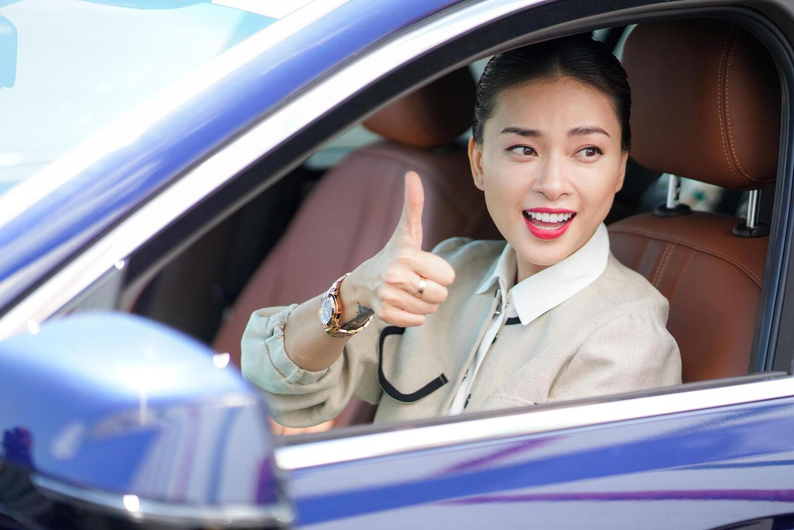 Diễn viên Ngô Thanh Vân - đại sứ thương hiệu VinFast cầm vô lăng ôtô thương hiệu Việt chạy thử những ngày đầu.