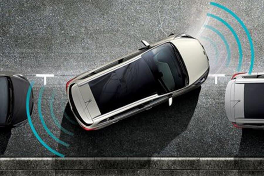 Cảm biến trước và sau cùng camera lùi giúp mang đến độ an toàn và sự tiện lợi tối đa cho người lái