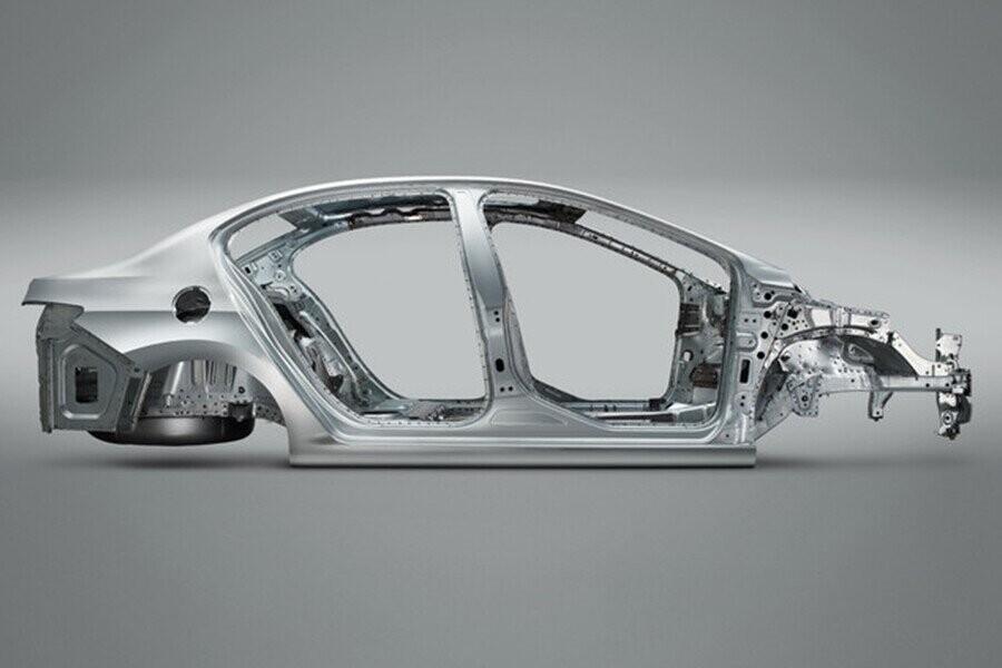 Khung xe được gia cố bằng thép cường lực giúp hấp thụ xung lực tốt hơn