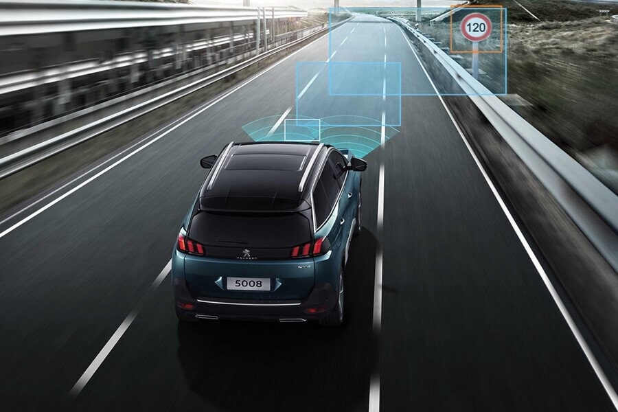 Peugeot 5008 đạt được sự cân bằng hoàn hảo giữa sự tiện nghi êm ái và vận hành chắc chắn trên mọi đường đi