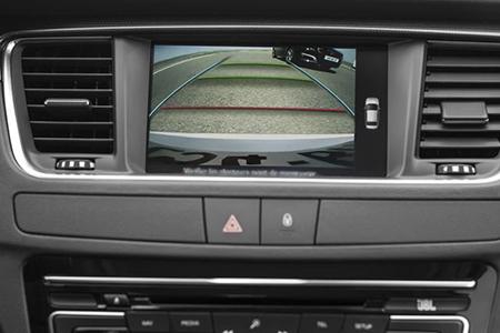 Hệ thống camera lùi mang đến sự hỗ trợ đắc lực trong việc khởi hành, đỗ xe