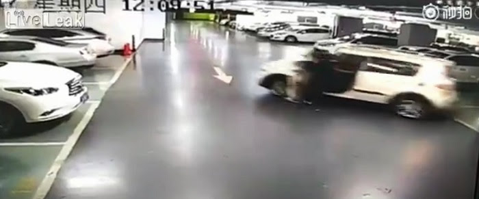 Bất cẩn, một phụ nữ bị chính ô tô của mình cán qua người - Hình 1