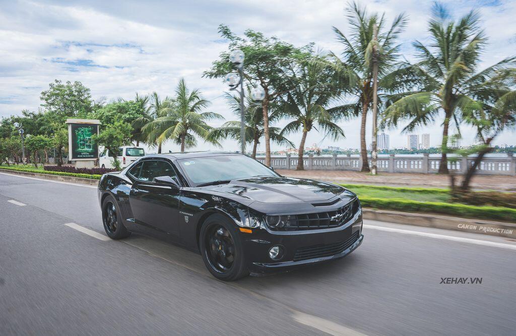 """Bắt gặp bộ đôi """"cơ bắp Mỹ"""" Camaro SS 2010 và Ford Mustang GT 5.0 Performance Package 2019 trên phố Hà Nội - Hình 1"""