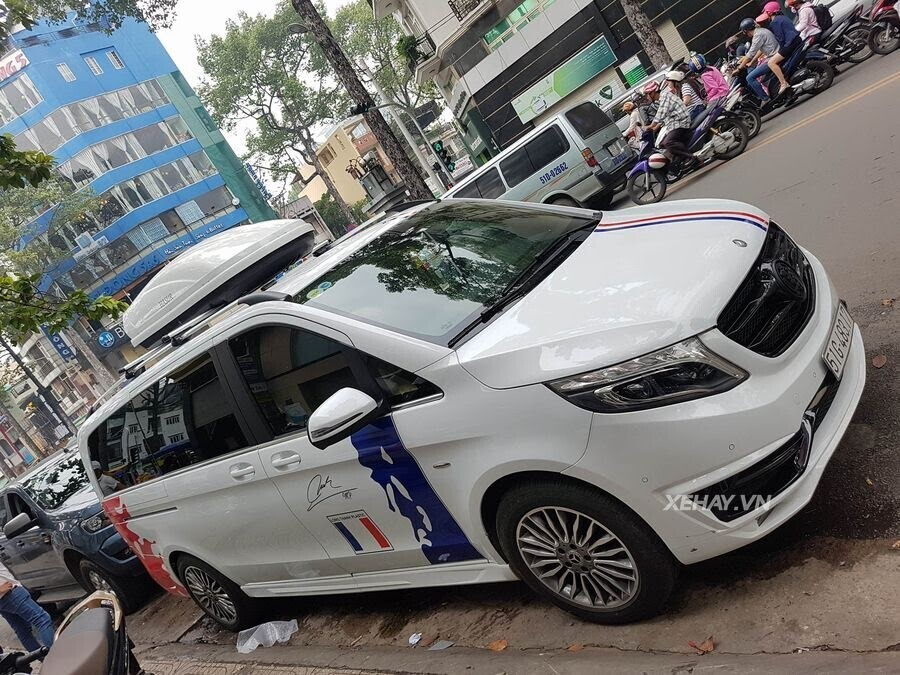 """Bắt gặp Mercedes-Benz V 250 độ """"khủng"""" của đại gia Minh Nhựa trên phố - Hình 1"""