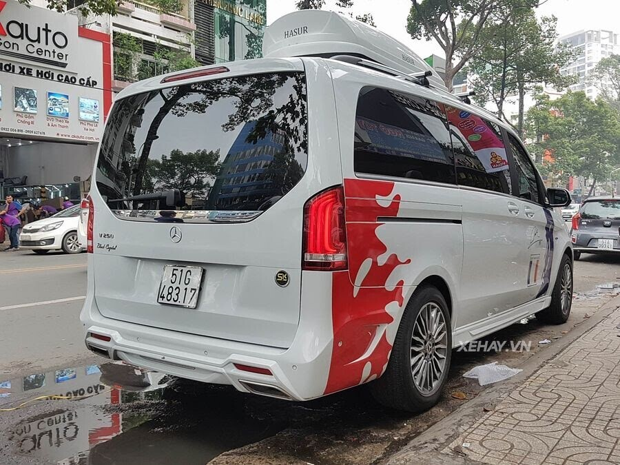 """Bắt gặp Mercedes-Benz V 250 độ """"khủng"""" của đại gia Minh Nhựa trên phố - Hình 9"""