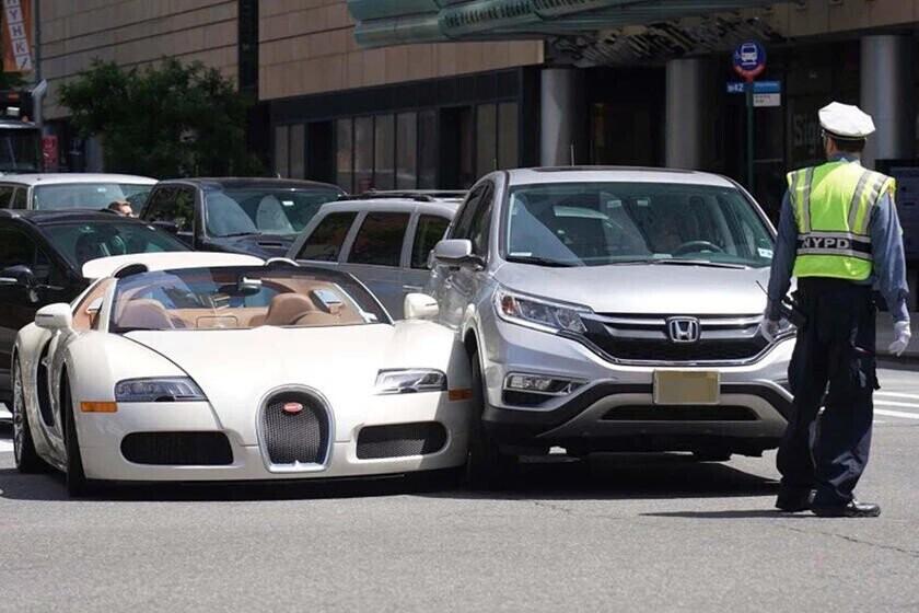 bay-gan-5-ty-vi-cu-va-cham-nhe-sieu-xe-bugatti-veyron-voi-honda-cr-v-2.jpg