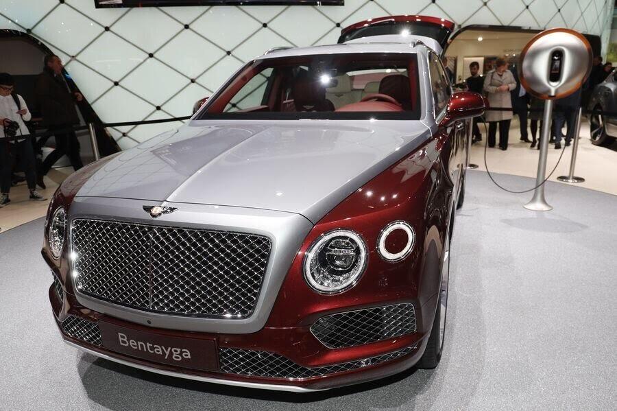 Bentley đã tận dụng tài năng của Philippe Starck để thiết kế bộ sạc cho Bentayga Hybrid - Hình 1