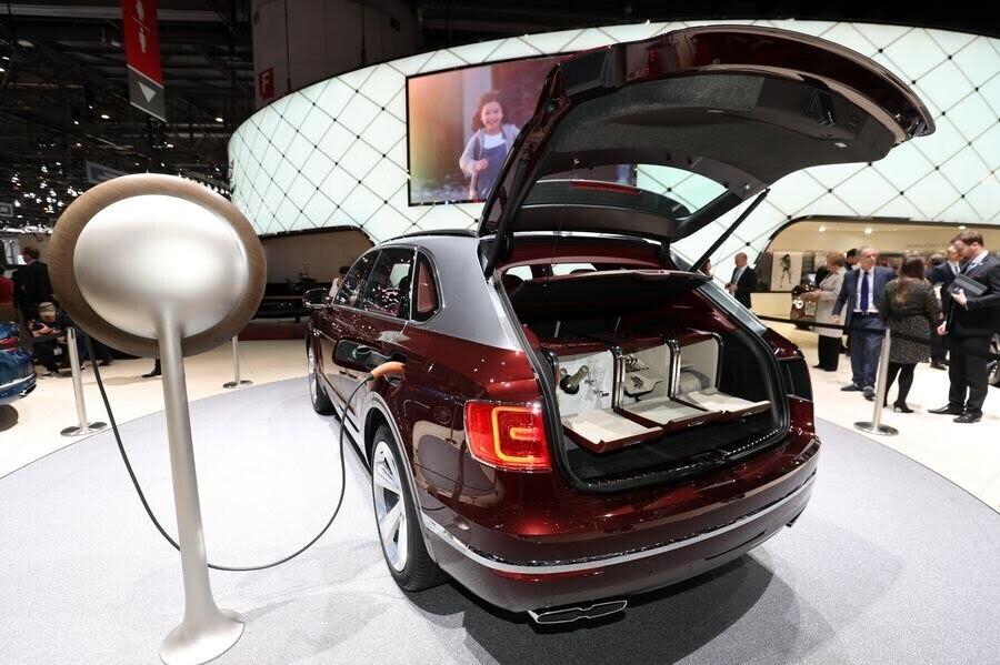 Bentley đã tận dụng tài năng của Philippe Starck để thiết kế bộ sạc cho Bentayga Hybrid - Hình 10