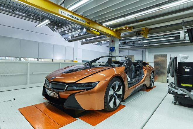 bmw-i8-roadster-lot-xac-thanh-safety-car-tai-giai-dua-formula-e-1.jpg