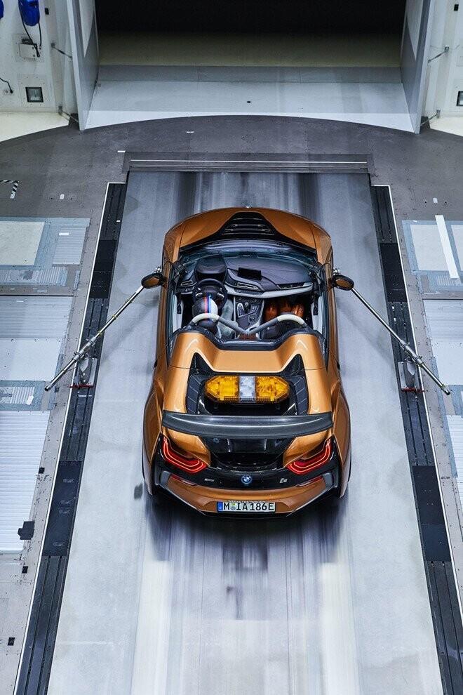 bmw-i8-roadster-lot-xac-thanh-safety-car-tai-giai-dua-formula-e-4.jpg