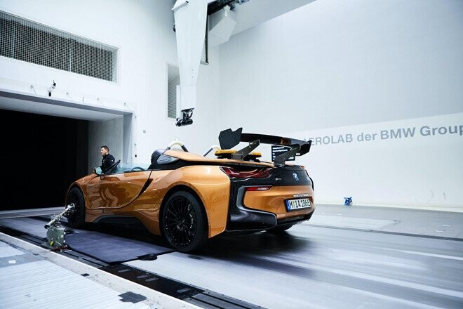 bmw-i8-roadster-lot-xac-thanh-safety-car-tai-giai-dua-formula-e-5.jpg