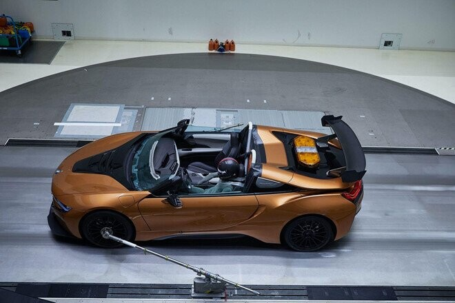 bmw-i8-roadster-lot-xac-thanh-safety-car-tai-giai-dua-formula-e-6.jpg