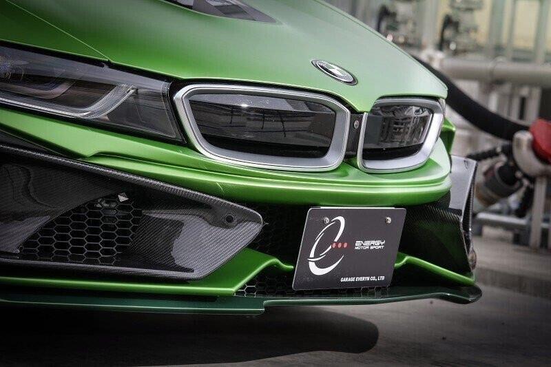 bmw-i8-roadster-lot-xac-voi-dan-ao-xanh-nham-2.jpg