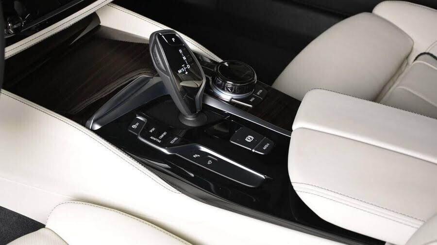 BMW M550i bắt mắt với ngoại thất Aventurine Red đỏ rực - Hình 2