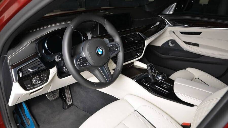 BMW M550i bắt mắt với ngoại thất Aventurine Red đỏ rực - Hình 8