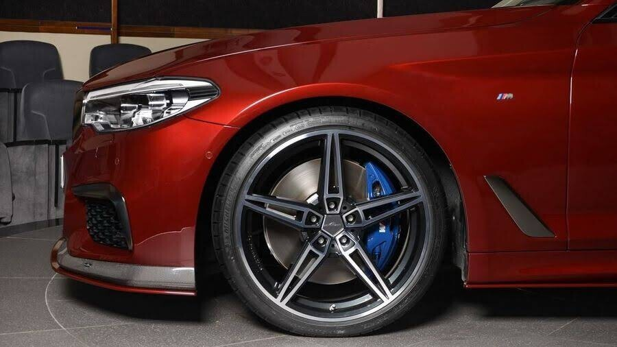 BMW M550i bắt mắt với ngoại thất Aventurine Red đỏ rực - Hình 10