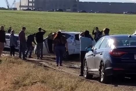 Cả trăm ôtô đứng xếp hàng trên con đường đất và bùn lầy vì đi theo Google Maps.