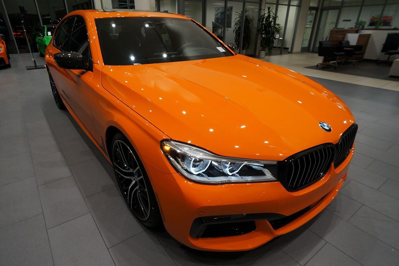 Cận cảnh BMW 750i 2017 phiên bản đặc biệt Fire Orange - Hình 1