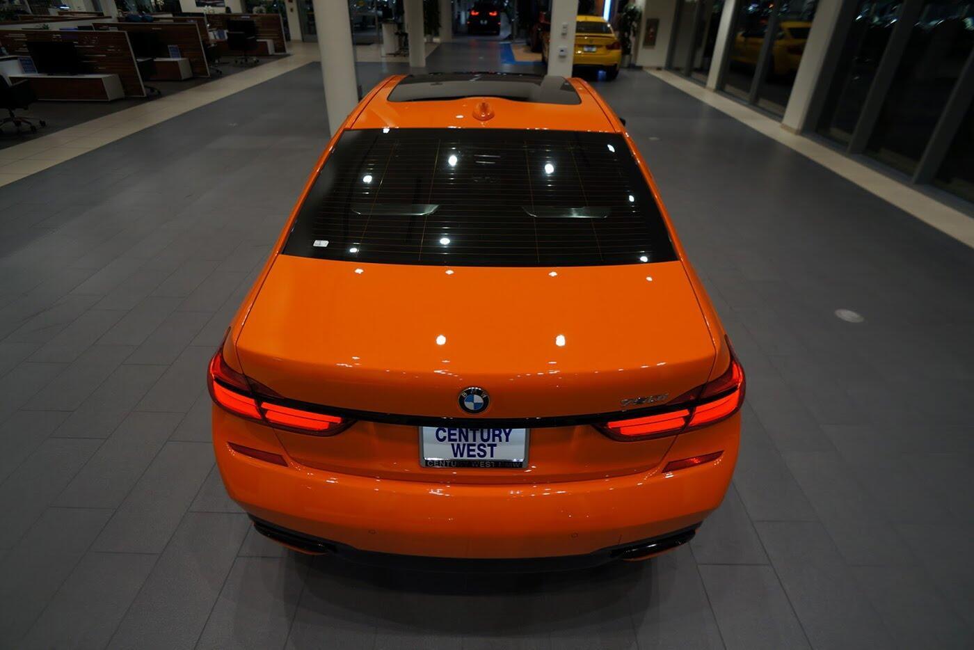 Cận cảnh BMW 750i 2017 phiên bản đặc biệt Fire Orange - Hình 4