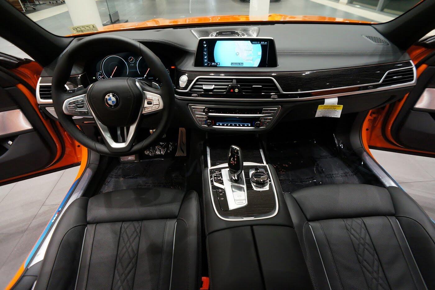 Cận cảnh BMW 750i 2017 phiên bản đặc biệt Fire Orange - Hình 8