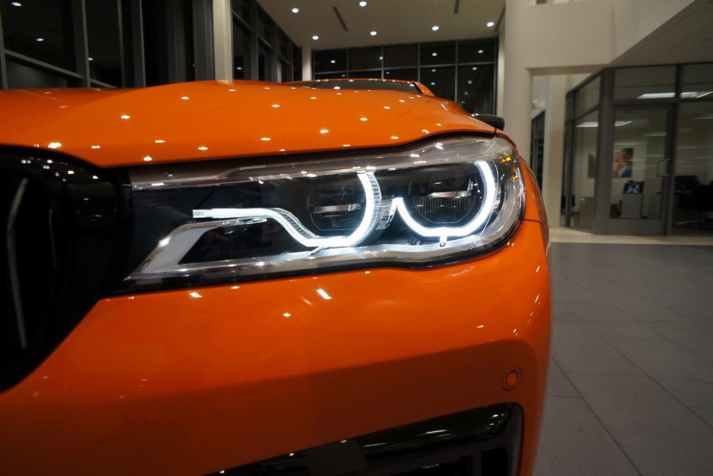 Cận cảnh BMW 750i 2017 phiên bản đặc biệt Fire Orange - Hình 11