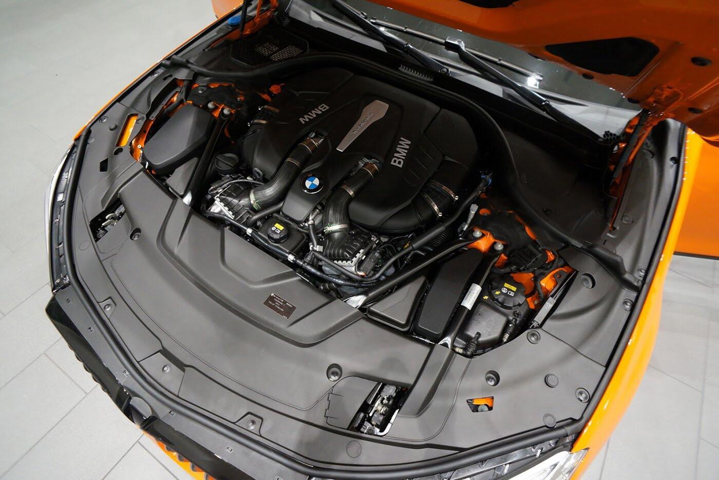 Cận cảnh BMW 750i 2017 phiên bản đặc biệt Fire Orange - Hình 16