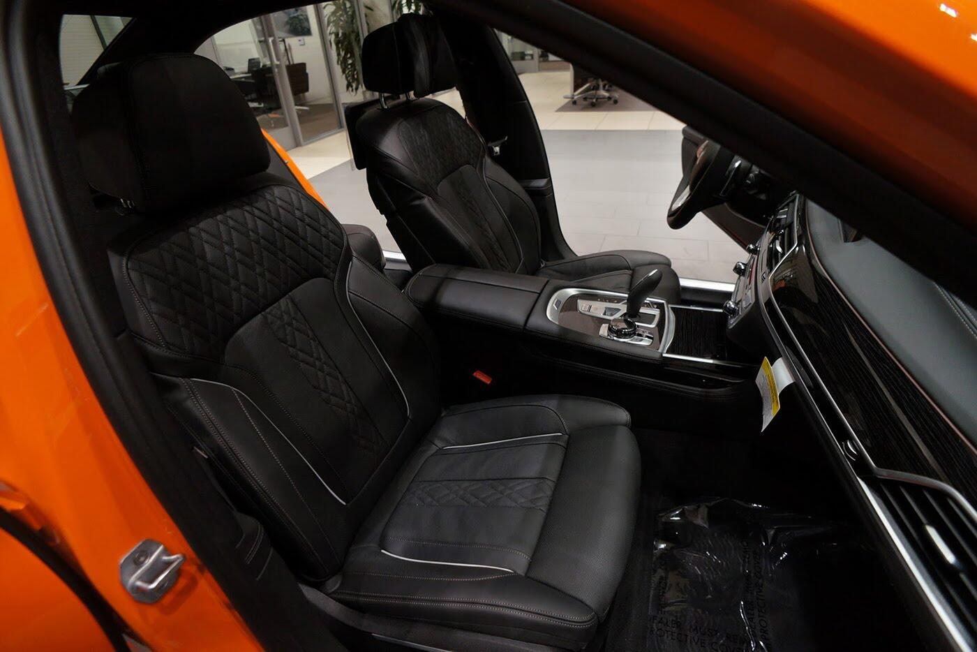 Cận cảnh BMW 750i 2017 phiên bản đặc biệt Fire Orange - Hình 17