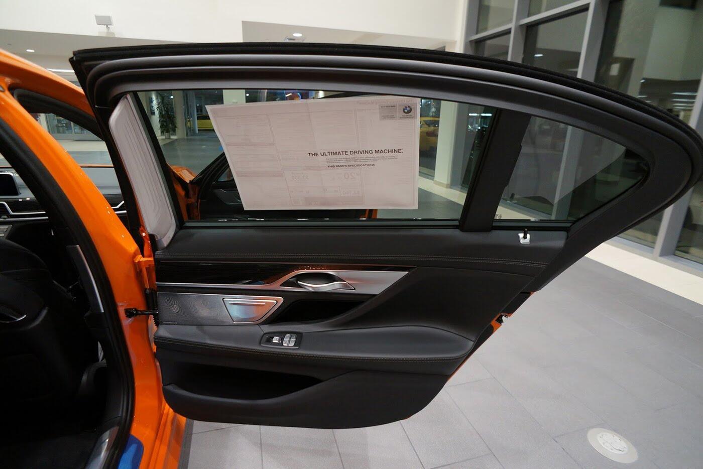 Cận cảnh BMW 750i 2017 phiên bản đặc biệt Fire Orange - Hình 18