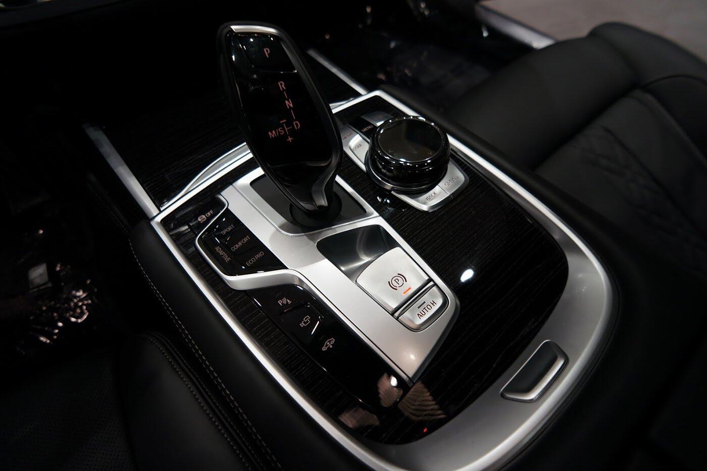 Cận cảnh BMW 750i 2017 phiên bản đặc biệt Fire Orange - Hình 24