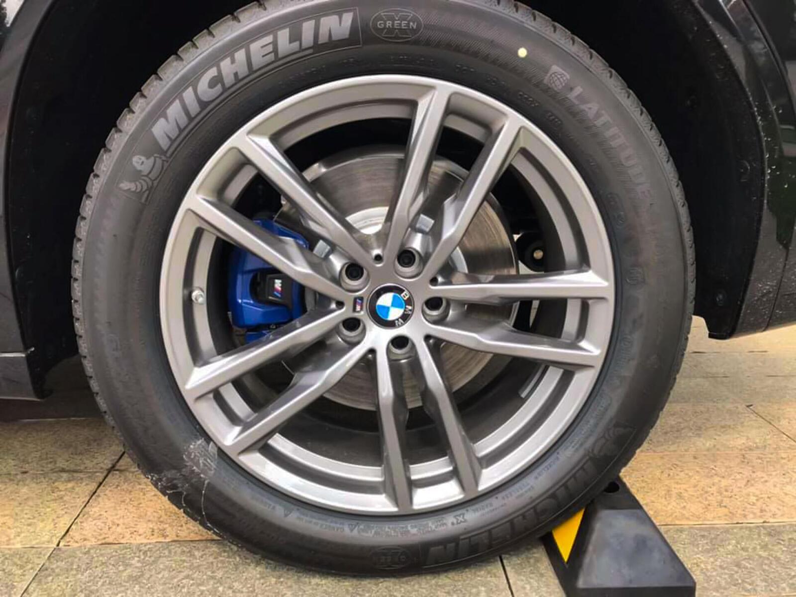 Cận cảnh BMW X3 xDrive30i phiên bản với gói trang bị thể thao M Sport, được trang bị mâm 19 inch và phanh M Sport mang hơi hướng thể thao