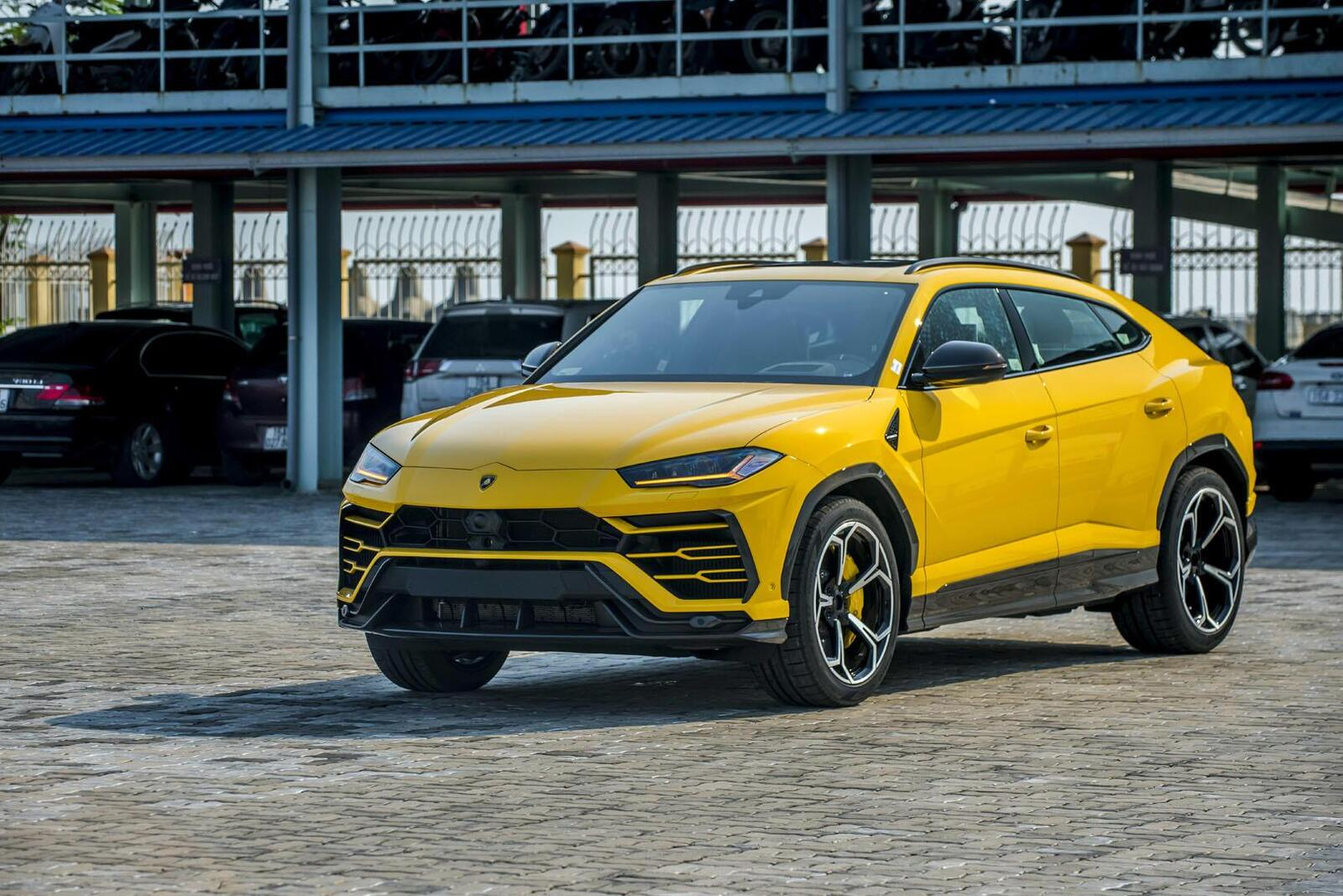 https://cdn.dailyxe.com.vn/image/can-canh-lamborghini-urus-thu-4-ve-viet-nam-mau-noi-that-gay-choang-16-81365j2.jpg?1568181228174