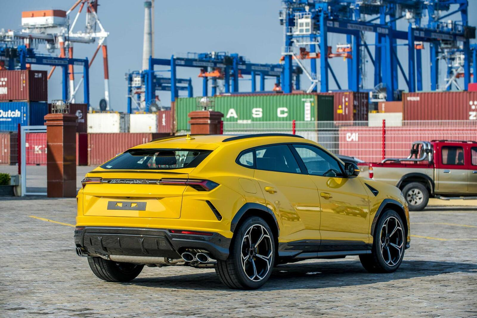 https://cdn.dailyxe.com.vn/image/can-canh-lamborghini-urus-thu-4-ve-viet-nam-mau-noi-that-gay-choang-17-81364j2.jpg?1568181230389