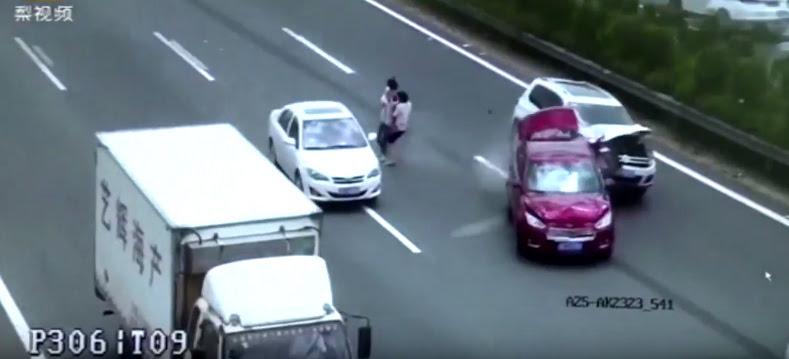Cặp vợ chồng trẻ suýt trả giá vì băng qua cao tốc - Hình 1
