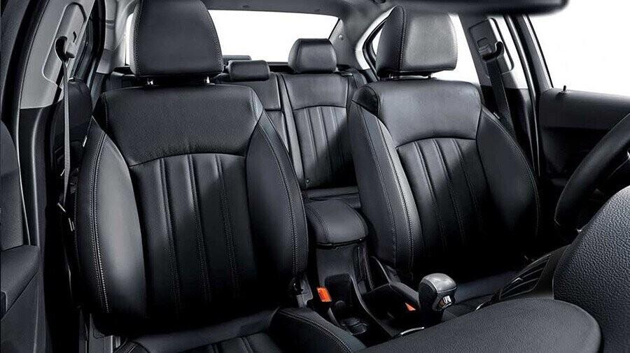 Nội thất sang trọng với ghế da đen mới