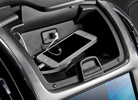 Hộc đựng điện thoại tích hợp cổng USB tiện lợi kết nối các thiết bị cá nhân cầm tay