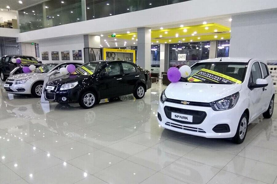 Khu Showroom được thiết kế hiện đại và thân thiện gồm khu trưng bày đầy đủ các dòng xe hiện hành, khu tiếp khách dịch vụ riêng biệt, khu trưng bày Phụ kiện sang trọng.