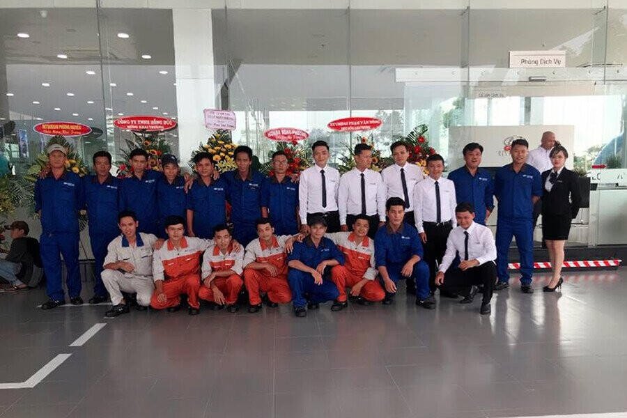 Đội ngũ nhân viên kỹ thuật và tư vấn trẻ trung chuyên nghiệp