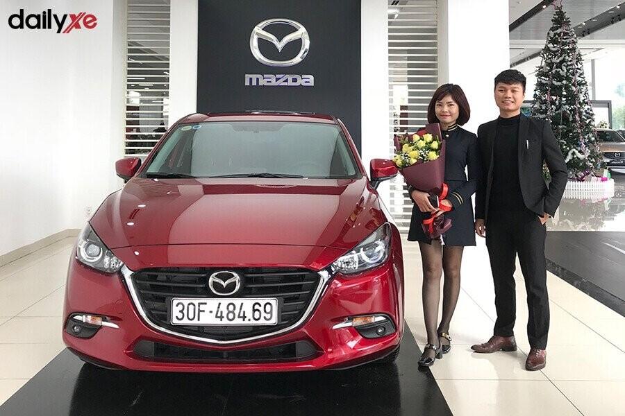 Giao xe Mazda cho khách hàng tại Showroom Mazda Phạm Văn Đồng - Hình 1