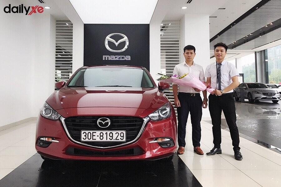 Giao xe Mazda cho khách hàng tại Showroom Mazda Phạm Văn Đồng - Hình 2