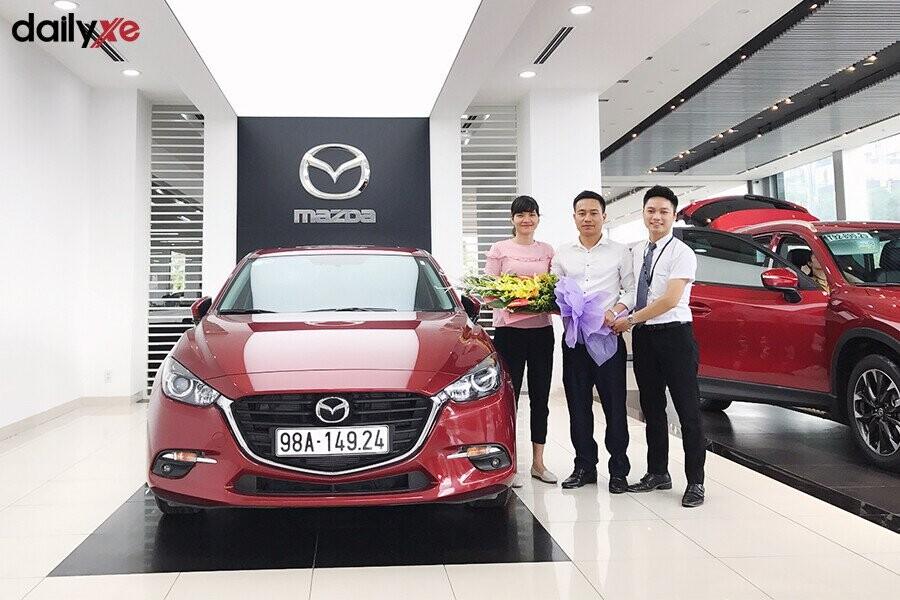 Giao xe Mazda cho khách hàng tại Showroom Mazda Phạm Văn Đồng - Hình 3