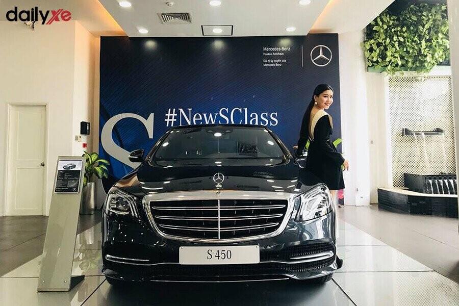 Khu vực trưng bày xe Mercedes tại Showroom Mercedes Điện Biên Phủ - Hình 2