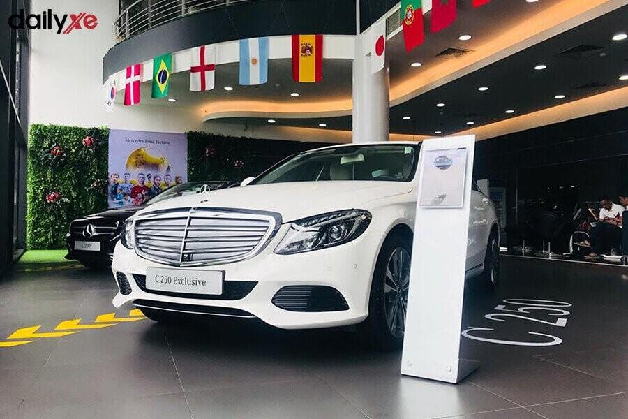 Khu vực trưng bày xe Mercedes tại Showroom Mercedes Điện Biên Phủ - Hình 3