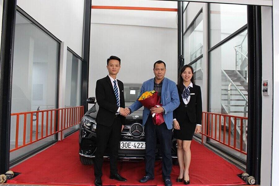 Bàn giao xe Mercedes cho khách hàng