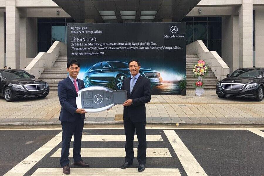 Lễ bàn giao xe cho Bộ Ngoại Giao Việt Nam