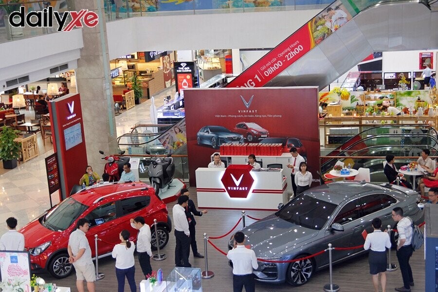 Khách hàng tới thăm quan và mua xe - Hình 4