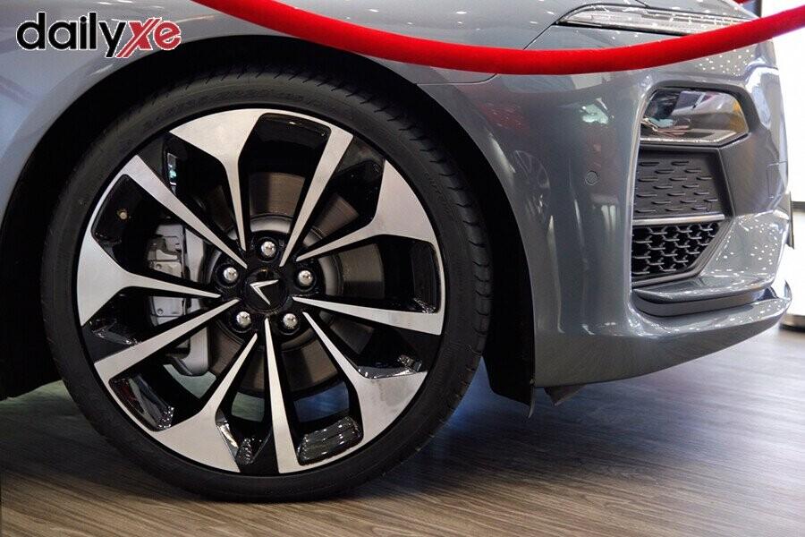 Mẫu xe LUX A2.0 trưng bày tại Vinfast Gò Vấp - Hình 2