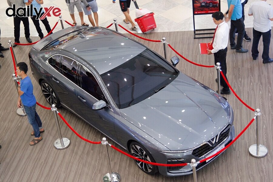 Mẫu xe LUX A2.0 trưng bày tại Vinfast Gò Vấp - Hình 4